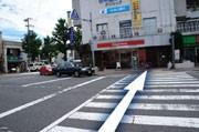 ②前の横断歩道を渡ります(車にお気をつけください)