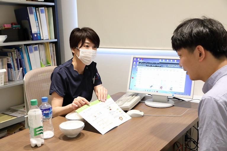 ③看護師、管理栄養士による食事療法や運動療法など生活指導の説明